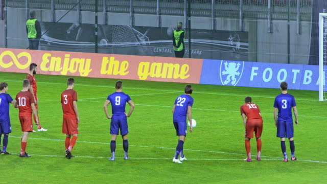 stockvideo's en b-roll-footage met football player takes the penalty kick and scores - sportwedstrijd