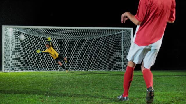 ペナルティキックを取るslo moサッカー選手 - 夢点の映像素材/bロール