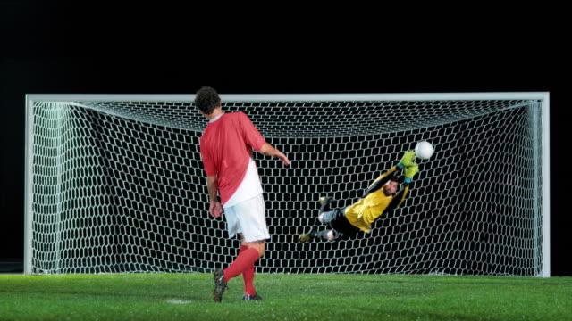 成功したペナルティキックを取るslo moサッカー選手 - ゴール点の映像素材/bロール