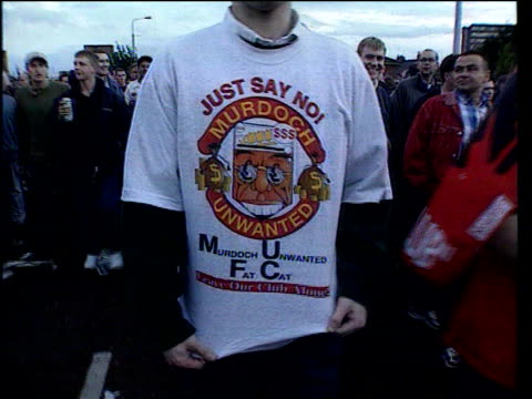 vidéos et rushes de football premier league chiefs resign/manchester united takeover; lib manchester: ext manchester united supporter wearing t-shirt statinmg his... - vêtement de peau