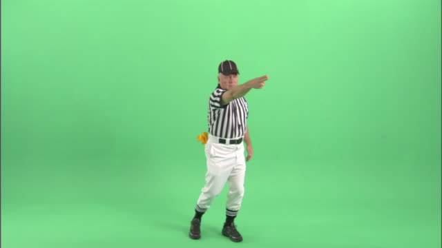 vidéos et rushes de ws, football referee gesturing in studio, portrait - casquette de baseball