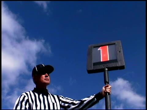 vidéos et rushes de football referee holding first down marker - un seul homme d'âge moyen