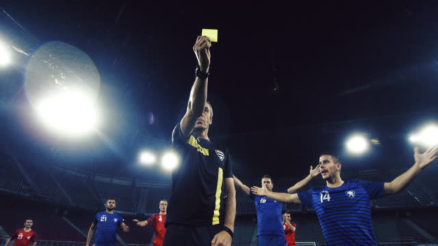 vidéos et rushes de slo mo ds football referee holding up a yellow card - arbitre