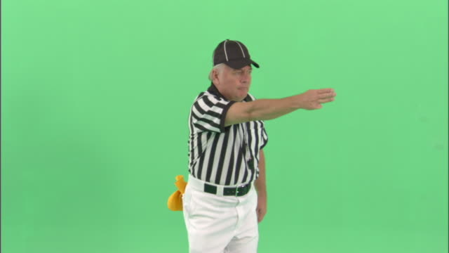 "ms, football referee signaling ""first down"" in studio, portrait - アメフト ファーストダウン点の映像素材/bロール"