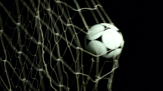 vidéos et rushes de football (ballon de football en filet marquer un but - ball