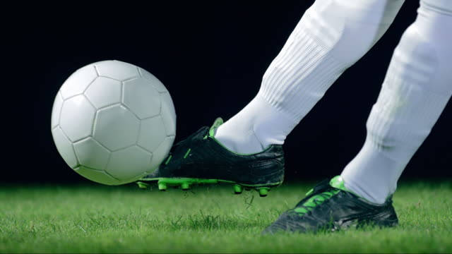 vidéos et rushes de football/ soccer ball kick, detail, timeramp - tirer