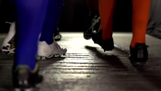 Voetbal / Soccer spelers lopen door de tunnel - Super slow motion