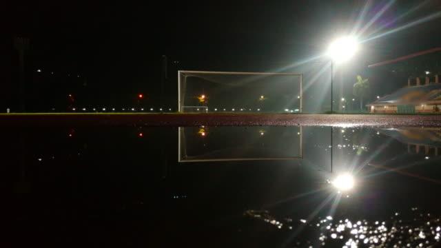 夜のサッカー スタジアム - 電灯点の映像素材/bロール