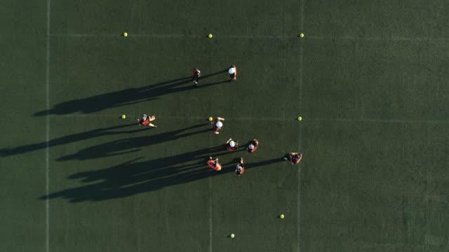 ein spiel der fußball-nationalmannschaft - football feld stock-videos und b-roll-filmmaterial