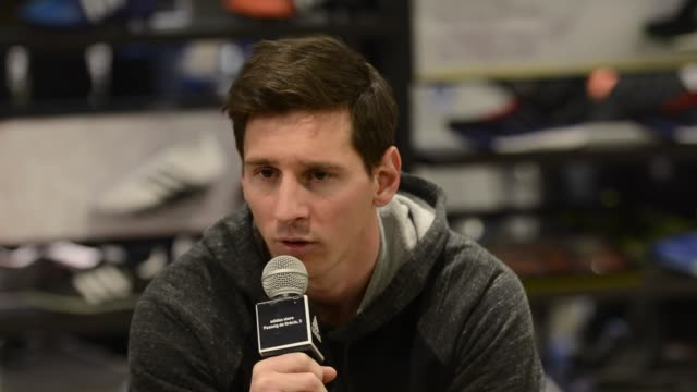 vidéos et rushes de footballer leo messi inaugurates the adidas store on february 19 2015 in barcelona spain - entretien