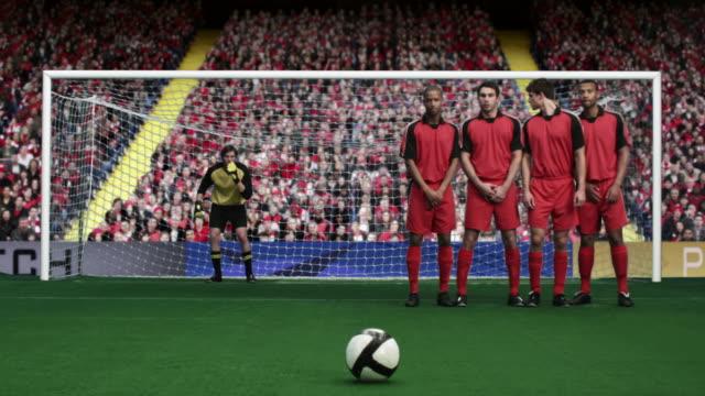 vidéos et rushes de footballer taking a free kick and scoring a goal - terrain de sport sur gazon
