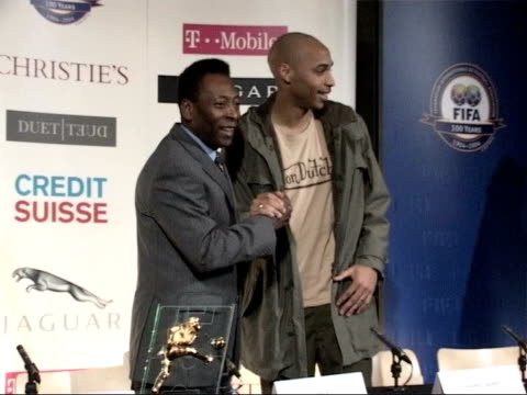 vídeos de stock e filmes b-roll de london natural history museum pele posing for photocall with thierry henry pele press conference sot in brazil could have picked 100 players - itv late news