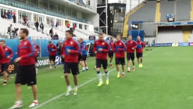 vidéos et rushes de footballers of czech republic national team attend a training session ahead of euro 2016 football match against turkey at stade bollaertdelelis lens... - s'entraîner