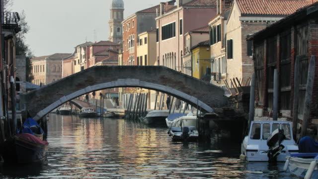 vídeos y material grabado en eventos de stock de footbridge over canal in old town - plano fijo
