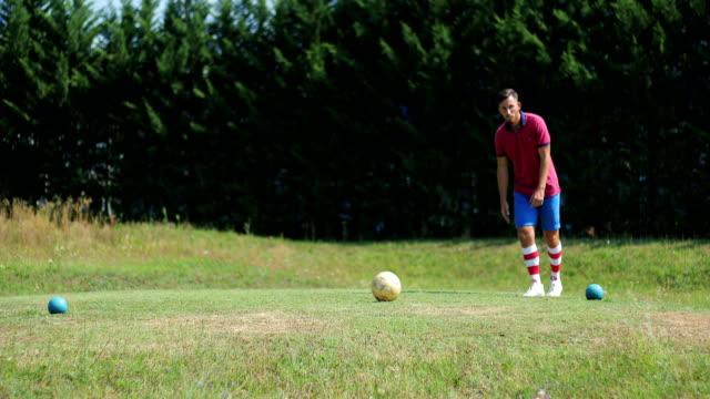 vidéos et rushes de footgolf joueur coup - dimanche
