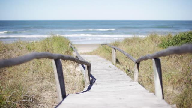vidéos et rushes de footpath leading to beach - voie pédestre