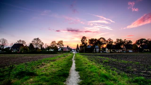 GLEICHMÄSSIGES CAM: Gehweg zum Village