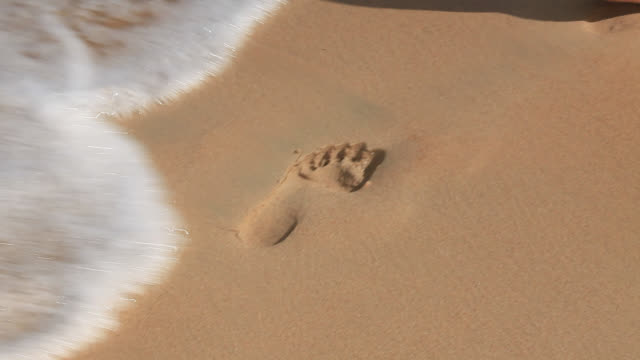 vídeos y material grabado en eventos de stock de footprint made in sand then washed away by wave - arena