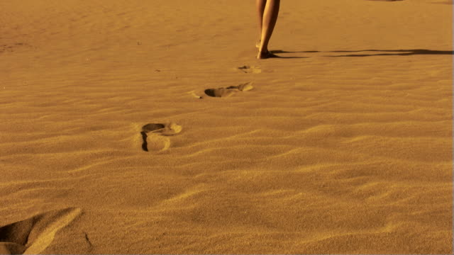 フットプリント、サンド - barefoot点の映像素材/bロール