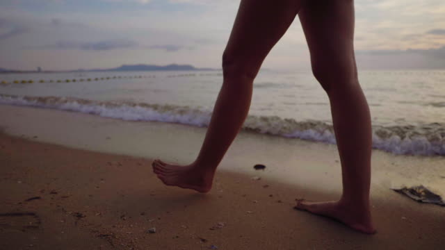 footsteps in the soft sand - scalzo video stock e b–roll