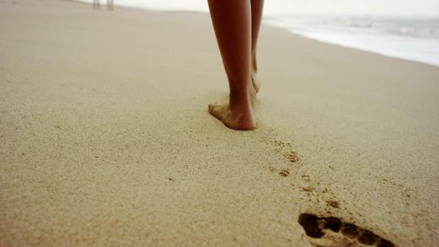 vídeos y material grabado en eventos de stock de huellas en la arena suave - pisada
