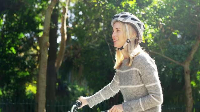 リラックスできるアウトドアだけのホイールを追加します。 - スポーツヘルメット点の映像素材/bロール