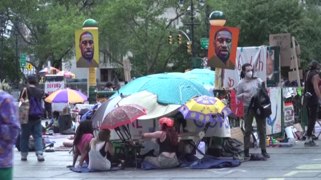 for four days occupy city hall protesters have been taking turns staying at the makeshift campsite outside new york city hall - makeshift stock videos & royalty-free footage