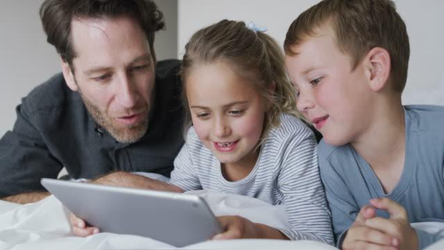 vídeos de stock, filmes e b-roll de para diversão instantânea em família basta adicionar tecnologia - aconchegante