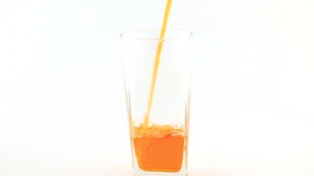 versare succo d'arancia - succo d'arancia video stock e b–roll