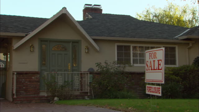 ms, 'for sale' sign in front of suburban house, studio city, los angeles, california, usa - immobilienschild stock-videos und b-roll-filmmaterial