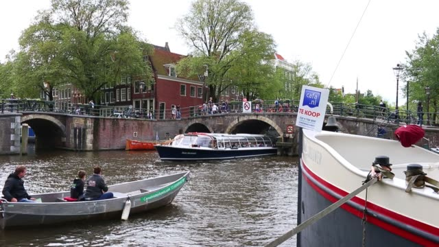 vídeos de stock e filmes b-roll de a for sale sign sits on the wall of a residential property in the canal district of amsterdam netherlands on wednesday aug 26 2015 shots a for sale... - grade de radiador