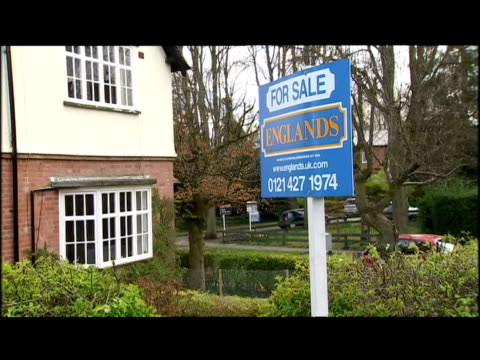 for sale signs estate agents homes - for sale englischer satz stock-videos und b-roll-filmmaterial