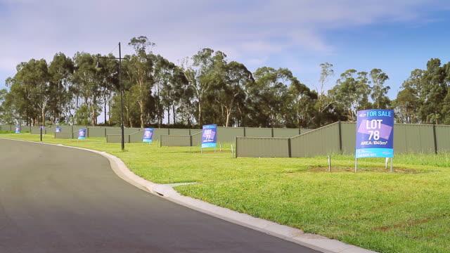 vídeos y material grabado en eventos de stock de ws for sale signs on vacant lots of land ready for building / warragul, victoria, australia - terrenos a construir