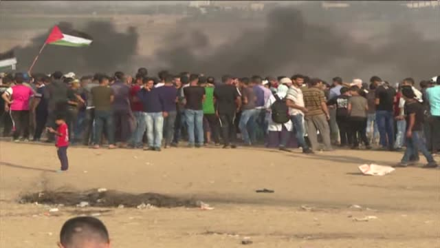for the 30th consecutive friday thousands of palestinian demonstrators converged on the gazaisrael buffer zone friday to take part in mass... - パレスチナ文化点の映像素材/bロール