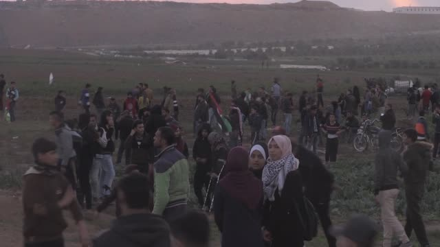 for the 35th consecutive friday thousands of palestinian demonstrators gathered along the gazaisrael buffer zone to take part in ongoing rallies... - パレスチナ文化点の映像素材/bロール