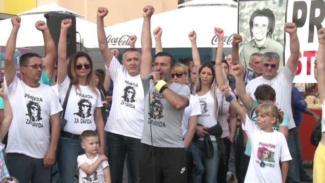 for the past three months people have been gathering daily in the small bosnian city of banja luka to demand justice and truth regarding the death of... - fordern stock-videos und b-roll-filmmaterial