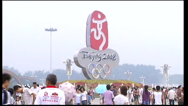 forbidden city, olympic statue and 'one world, one dream' flower garden designed for olympics on site of 1989 massacre guarded by police officer... - 2008年北京夏季オリンピック点の映像素材/bロール