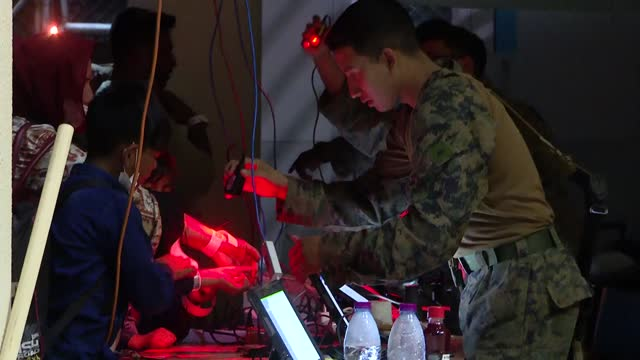 vídeos y material grabado en eventos de stock de forces in the airport in the afghan capital kabul are using wristbands with computer barcodes to control evacuations on august 23 in kabul,... - kabul