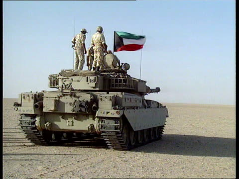 us / uk forces preparations for war ms uk challenger tanks on firing range pan lr zoom in ms challenger tank along pan lr ms tank over dune towards... - golfstaaten stock-videos und b-roll-filmmaterial