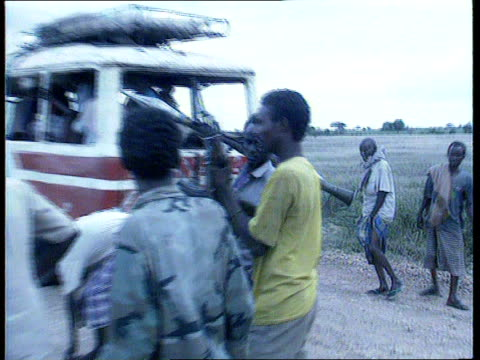 vidéos et rushes de forces reach baidoa itn cms armoured vehicle in camouflage colours with people standing beside ms locals standing by field gun or cannon pull out as... - armement