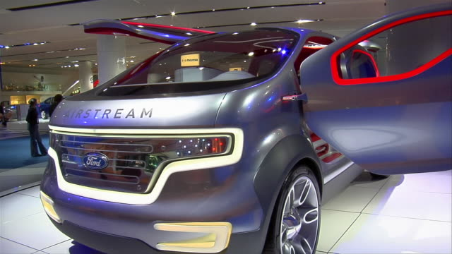 cu, ford airstream concept car rotating on display, north american international auto show, detroit - konzeptauto stock-videos und b-roll-filmmaterial