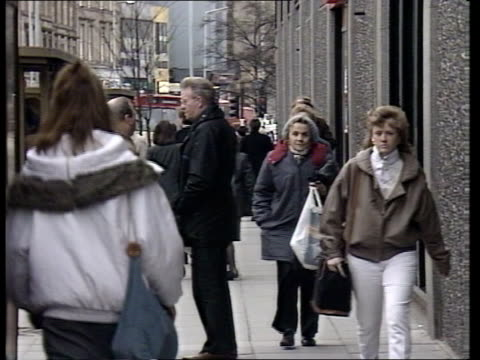 dundee reaction scotland dundee gv shopping street as people and traffic along ms pavement outside 'boots' as shoppers around tcms shoppers to and... - スコットランド ダンディー点の映像素材/bロール