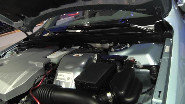 vidéos et rushes de cu pan ford fusion hybrid epa information sticker, next to vehicle on display at 2010 detroit auto show / detroit, michigan, usa - moteur