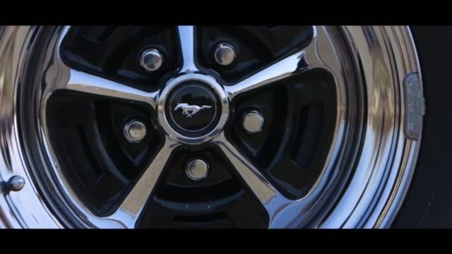 vidéos et rushes de ford mustang fastback moving - roue