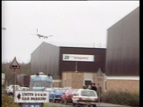 fordham brinks mat killing itn lib heathrow int trading estate la plane in flight over warehouses on industrial estate pull out and pan lr to police... - mat stock videos and b-roll footage