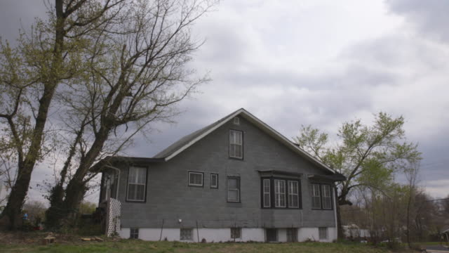 foreclosed house in st. louis outskirt, wide shot - missouri stock videos & royalty-free footage