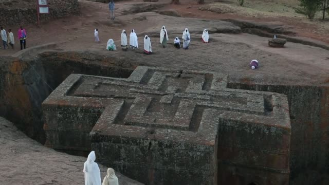 foreign and local people visit the rockhewn churches in lalibela town northern ethiopia on february 05 2019 lalibela churches are 11 medieval... - äthiopien stock-videos und b-roll-filmmaterial