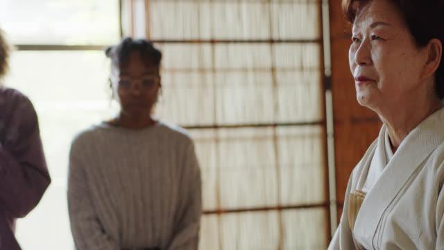 vídeos de stock, filmes e b-roll de convidados estrangeiros que bebem o chá na cerimónia japonesa tradicional do chá - washitsu