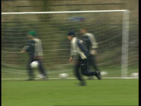 vidéos et rushes de tottenham white hart lane christian gross jogging across pitch at training session pan spurs training as gross shouts at them christian gross intvwd... - s'entraîner
