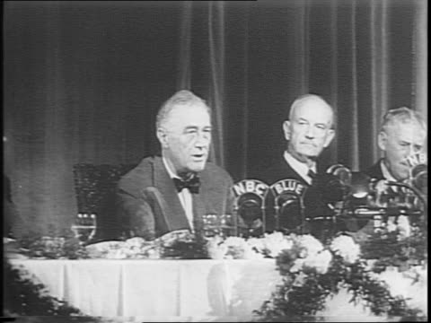 foreign policy association dinner / roosevelt speaks / addressing a room full of people in formal dress / he speaks about his critics. - 評論家点の映像素材/bロール